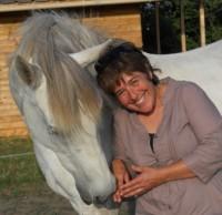 La thérapeute avec le cheval